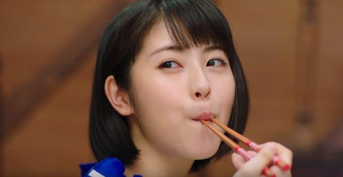 クックドゥ CMの女優は誰?竹内涼真の隣で食べる女性が可愛いと今話題!