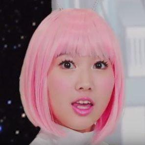 軽の惑星 ケイバッカ CMの女の子は誰?ピンク色の髪の宇宙人が可愛い!