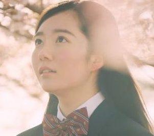 LINE 絵文字 CMの女の子は誰?桜の木の下でLINEをする女子高生が可愛い!