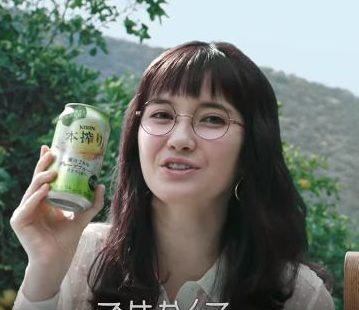 本搾り CMの女優は誰?丸メガネの可愛い女性が出す問題が面白い!