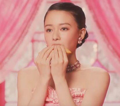 三角チョコパイ いちご CMの女の子は誰?女優の山本舞香が出演!ピンクのドレスが可愛い!